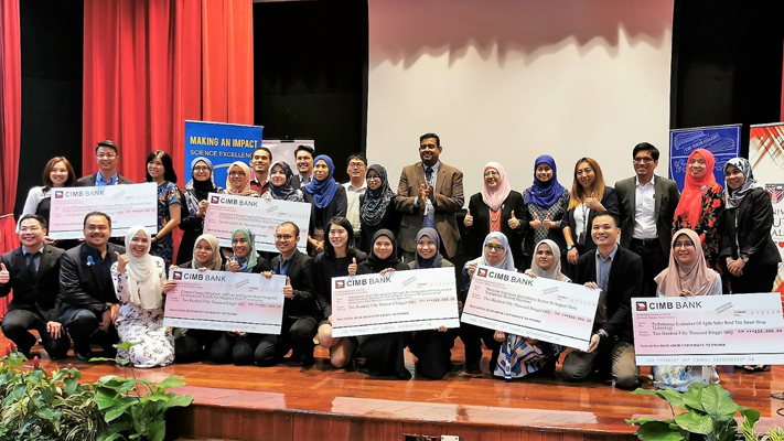 The six winning teams of the MY-RGS posing with MY-RGS Committee Member Prof Abhimanyu Veerakumarasivam and Prof Asma Ismail, President of the Academy of Sciences Malaysia.